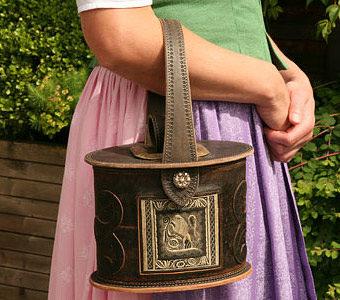 Trachtentasche mit Motiv mit Federkiel Stickerei